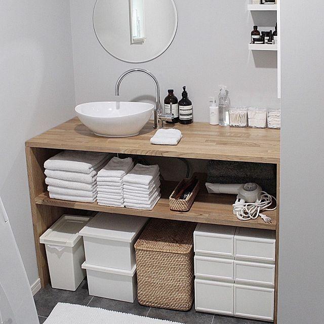 毎日使うからこそ、こだわりたい洗面所。洗面所が綺麗な家は、清潔感があってとても気持ちがいいですよね。しかし、お部屋の中でも特に生活感が出やすい場所でもあります。細かいものがごちゃごちゃと散乱し、なんとかしたいとお悩みの方も多いのでは?今回は洗面所をすっきりと見せる収納術をご紹介します。