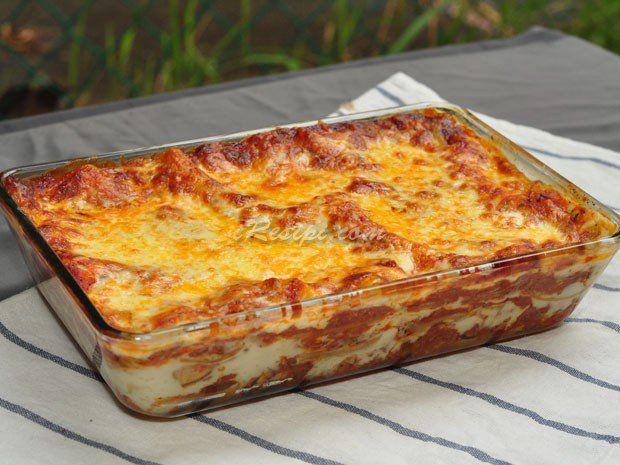 Kali ini saya kongsikan resepi Lasagna yang tidak susah sangat untuk disediakan, cuma perlukan bahan yang berkualiti untuk dapatkan rasa yg sedap. Resepi ini menggunakan 3 jenis cheese iaitu keju cheddar, mozarella dan parmesan. Bagi kepingan lasagna pula, memang tidak perlu direbus dahulu jika kita gunakan instant lasagna, cuma kena pastikan sos bolognaise dan sos putih secukupnya untuk melembutkan lasagna semasa proses membakar.