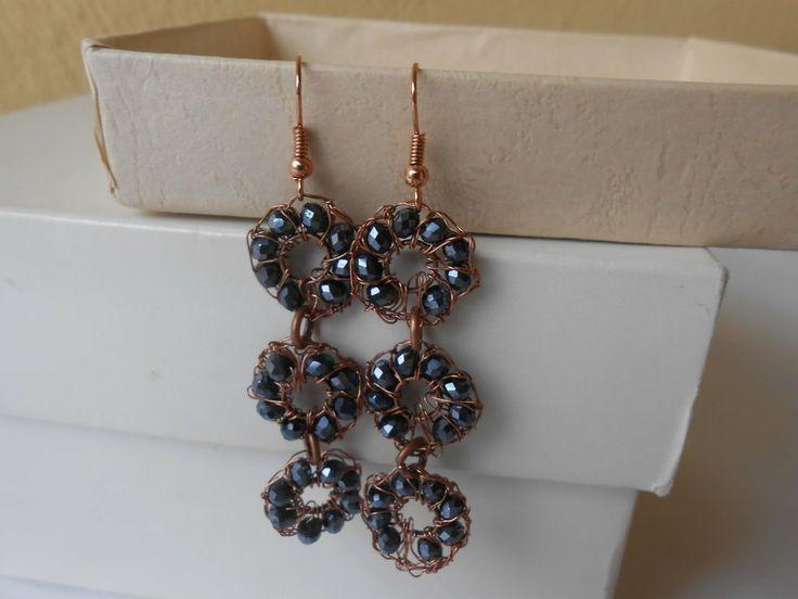 Orecchini pendenti  fatti a mano con filo di rame a crochet e cristalli blu, idea regalo., by Le gioie di  Pippilella, 8,00 € su misshobby.com