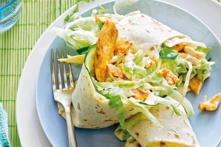 Perfect voor als je zin hebt in iets lichters: met malse kip, knapperige ijsbergsla en een fris sausje met komijn - Recept - Allerhande