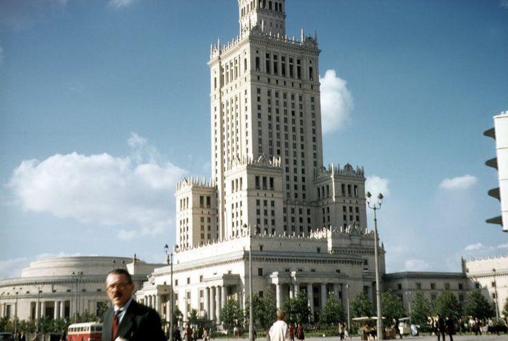 Zdjęcie numer 2 w galerii - W Warszawie ciągle ruiny, ale Pałac Kultury już stoi. I jest jeszcze biały. Niesamowite zdjęcia Amerykanina