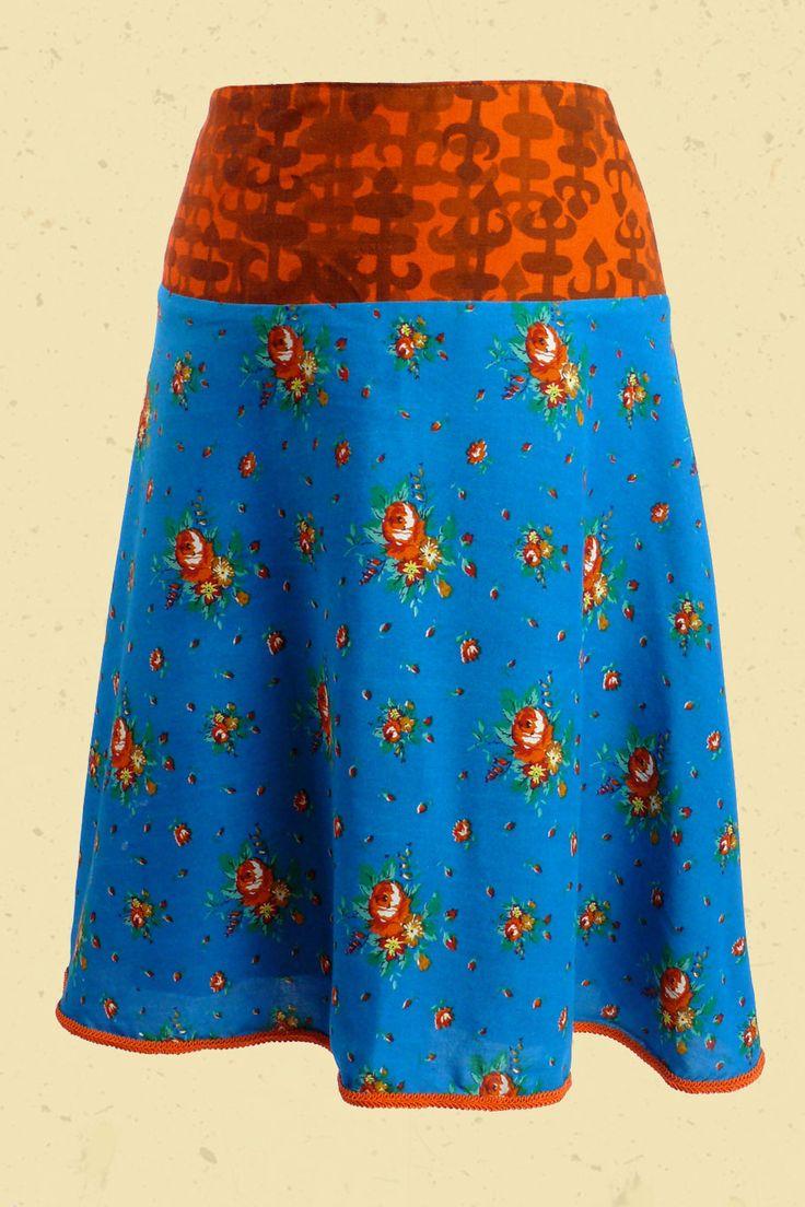 Knalblauwe klokrok met oranje rozen