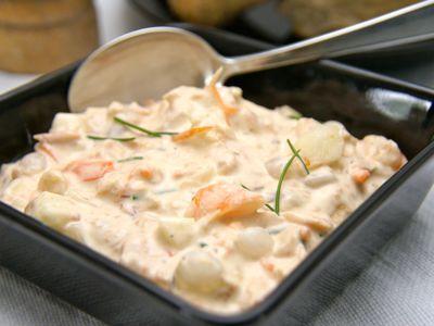 Voor zalmsalade zijn er veel verschillende recepten te vinden, sommigen met aardappelen er door. Deze zalmsalade is heerlijk fris en niet moeilijk of tijdrovend om te maken, je kunt serveren op toast of met stokbrood.