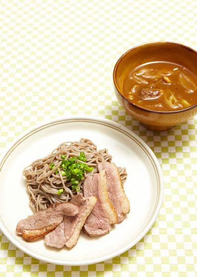 鴨汁カレー南蛮そば のレシピ・作り方 │ABCクッキングスタジオの ... めんつゆをベースにし、鴨肉・長ねぎをメインの具材にしたカレー汁です。和風だしと鴨肉のコクが加わったまろやかな味付けに仕上げ、そばをつけていただきます。
