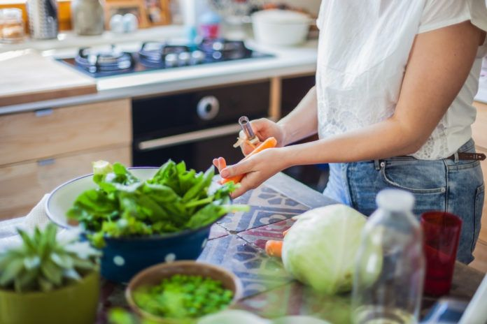 Chcete po Vánocích odlehčit jídelníček a shodit nabraná kila? První lednový týden se pusťte do očisty. Zbavíte své tělo toxinů a zklidníte žaludek i střeva. Jak na to? Vprvních 3 dnech minimalizujte příjem sacharidů a vynechte jakékoliv maso. Naopak se zaměřte na bílkovi…