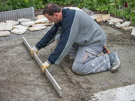 Terrassenplatten verlegen, diy, Untergrund planieren. Foto: Jörn Buchheim - fotolia.com