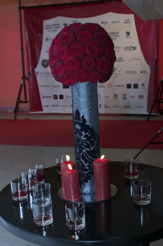 Halloween Charity Ball 2013. Transylvania College. Un decor rosu si negru.