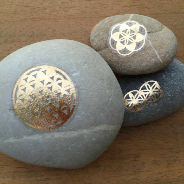 Wohnbrise: Steine verziert mit Tattoos