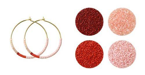 Til disse øreringe er der brugt følgende materialer:  1 par hoops 25mm i forgyldt sterlingsølv delica bordeaux rød DB0378V delica koral rød DB0795V delica rosa fersken DB0825V delica melon DB1523V