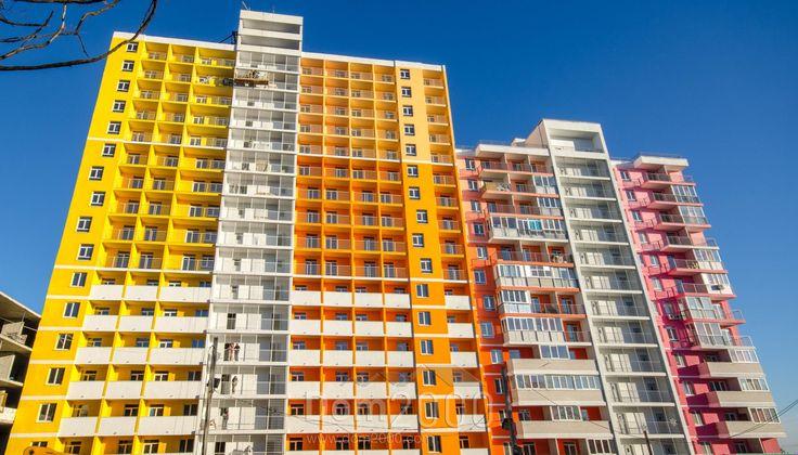 Тенденции рынка недвижимости 2016   За последние 5 лет тенденции на рынке недвижимости очень изменились. Раньше люди стремились покупать жилье площадью хотя бы от 50 м2, сейчас же более популярны квартиры-студии от 30 м2. Связано это не только с возросшим курсом доллара и повышением цен на коммунальные услуги. Просто современные покупатели недвижимости умеют считать деньги и не хотят рисковать, оформляя займ на большую сумму и длительный срок. Многие руководствуются правилом «Лучше синица в…