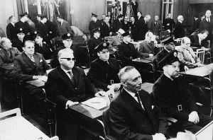 Um die Stimmung einzufangen, die gesellschaftlich diesen ersten Auschwitzprozess zu Teil umgab, ergibt sich aus einer Anweisung des Richters an die Polizisten, die die Angeklagten zum Gericht begleiteten, dass sie das Strammstehen vor diesen zu unterlassen haben. Selbst 18 Jahre nach Beendigung dies