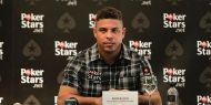 Ronaldo dans la nouvelle campagne PokerStars Vainqueur de deux Coupes du Monde, de deux Copa América et trois fois meilleur footballeur de l'année FIFA, Ronaldo est en quête d'un nouveau défi. Il l'a trouvé en se tournant vers le poker. Ronaldo est ainsi l'ambassadeur de PokerStars, le plus grand site de poker au monde.  http://www.kalipoker-fr.com/news/ronaldo-dans-la-nouvelle-campagne-pokerstars.html