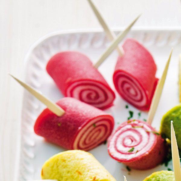 Die roten Röllchen werden mit einer Frischkäse-Meerrettich-Creme gefüllt.