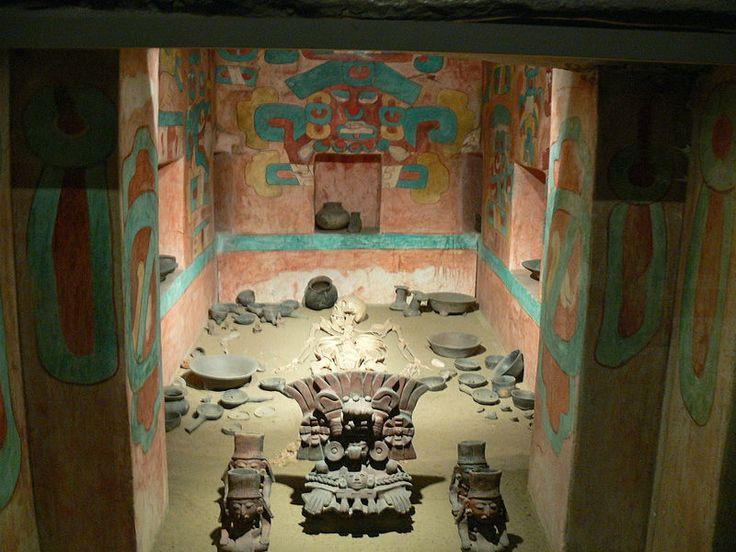 """La """"Tumba 7"""", una de las mas importantes de las ruinas de Monte Alban con el ajuar funerario y otros de los tesoros encontrados en ella."""
