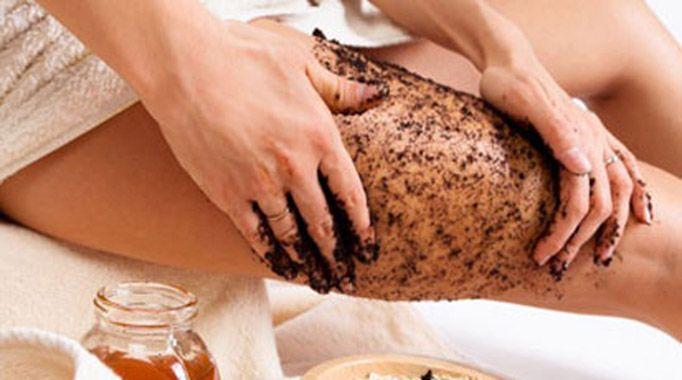 Le marc de café raffermit la peau. Associé au massage, il va aussi améliorer la circulation et surtout, aider à déloger la cellulite. Vous allez voir les résultats jour après jour.