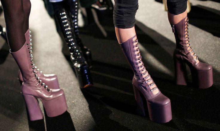Scarpe Marc Jacobs Lady Gaga: A/I 2016 2017 - http://www.beautydea.it/scarpe-marc-jacobs-lady-gaga-ai-2016-2017/ - Scarpe vertiginose, mood gotico e stile dark. Per la sfilata autunno inverno 2016 2017 Marc Jacobs una modella d'eccezione: Lady Gaga!
