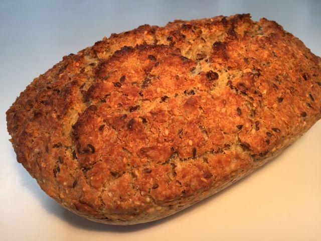 Koldthævet groft brød bagt i Römertopf - Opskrift-kage.dk