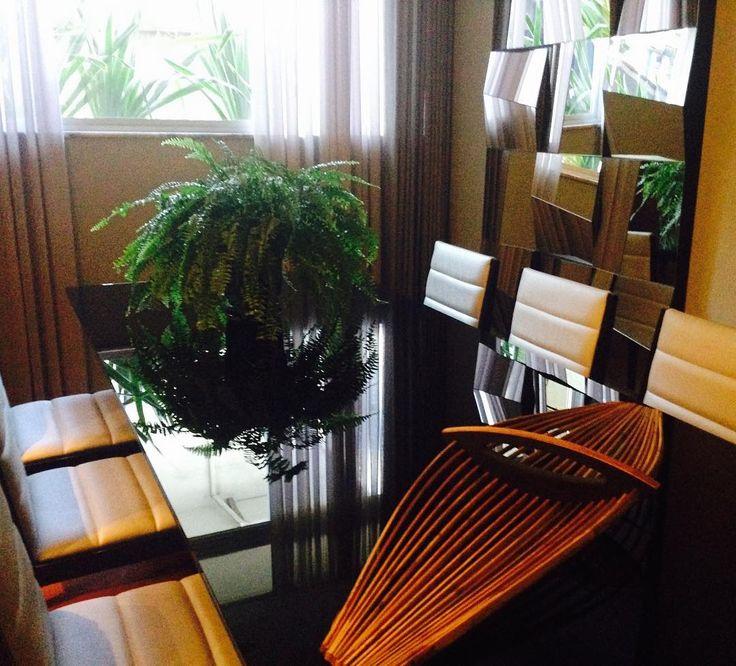 Chegou esse centro da Preto em Branco novamente na loja. Todo em filetes de madeira e bambu! Leve fácil de tirar e por na mesa de jantar. Lindo de viver!