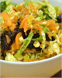 Салат из капусты. Ингредиенты: 500 гр. капусты, 200 гр. чернослива, 1 морковь, сахар, лимонный сок.  Приготовление: Нашинкуйте капусту тонкой соломкой, посыпьте сахаром и хорошо помните её руками. Замочите чернослив, когда он набухнет, выньте косточки, а мякоть нарежьте и добавьте к капусте. Морковь натрите на крупной терке, добавьте к капусте, влейте лимонный сок и перемешайте.