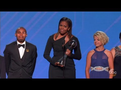 """Peyton Manning lifts ESPYS with jabs 2017 ESPY Awards   Peyton Manning excelled as ESPYS host Wednesday night by following a golden rule of satire: Do unto yourself as you do to others.  Mannings best joke at his own expense?  """"I love that Serena Williams won the Australian Open while carrying a child"""" Manning said. """"That's even more impressive than two years ago when the Denver Broncos' defense won the Super Bowl while carrying me.""""  Mannings most memorable jab at another athlete?  Our…"""