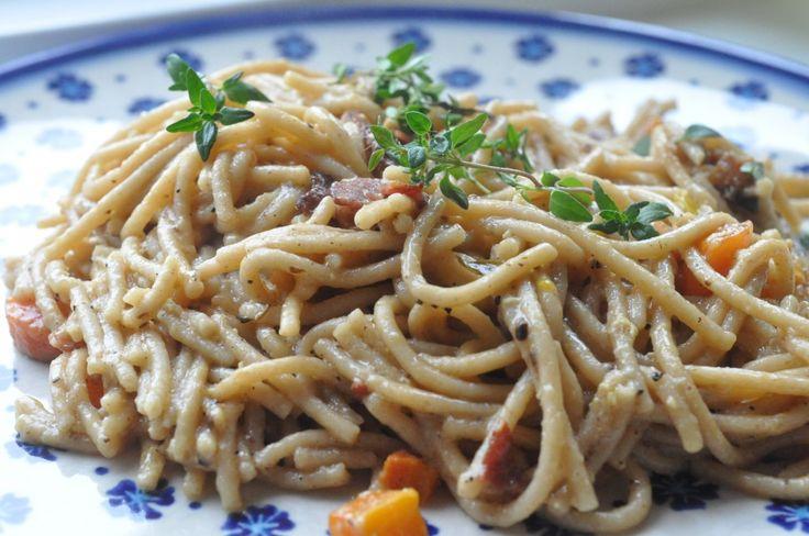 """I dag skal du høre om en rigtig lækker ret. En slags Pasta Carbonara i en lidt """"grønnere"""" version. Der er ikke sparet på noget, hverken æg, fløde eller bacon, til gengæld er carbonaraen suppleret med"""