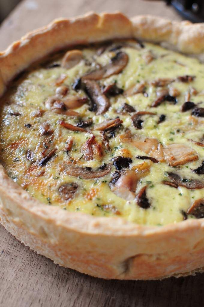 Quiche champignons poulet  250 g flour  125 g of butter  1 egg  1 teaspoon salt  1 teaspoon sugar  4 ounces of cold water   The rest of a roasted chicken  500 g of mushrooms  2 clove of garlic  15 g of butter  2 eggs  20 cl of liquid cream 30% fat  Salt and pepper  dried parsley