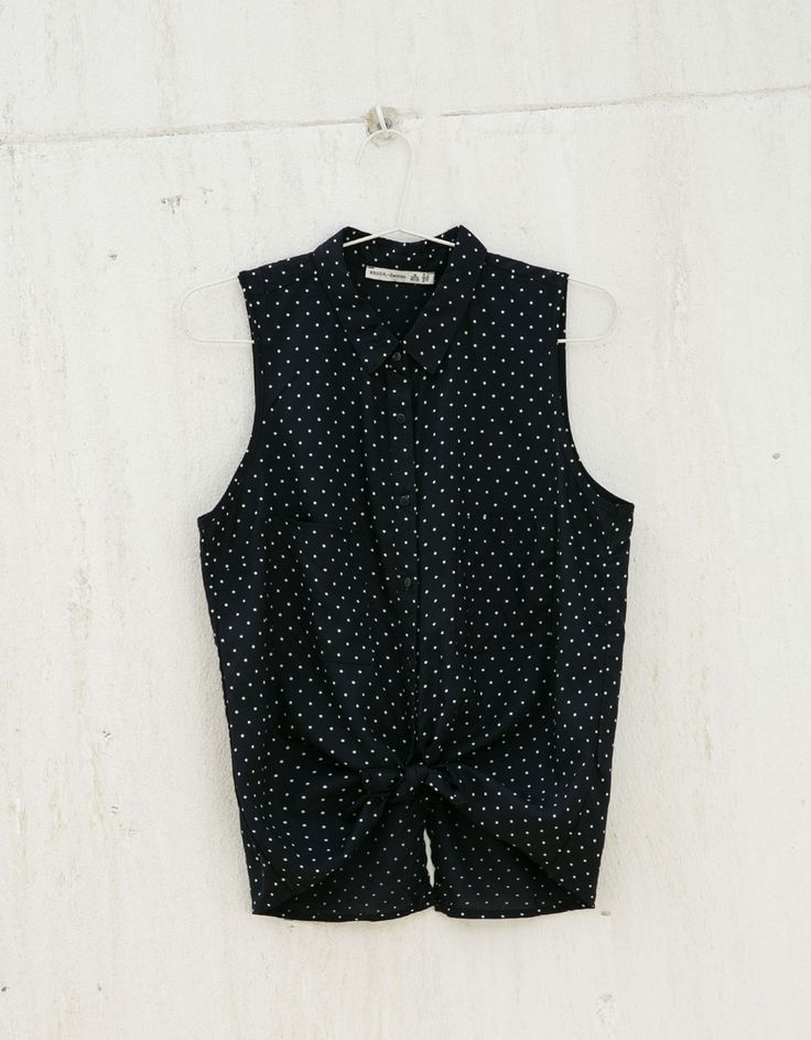 Wzorzysta bluzka BSK z zakładanym tyłem.  Odkryj to i wiele innych ubrań w Bershka w cotygodniowych nowościach
