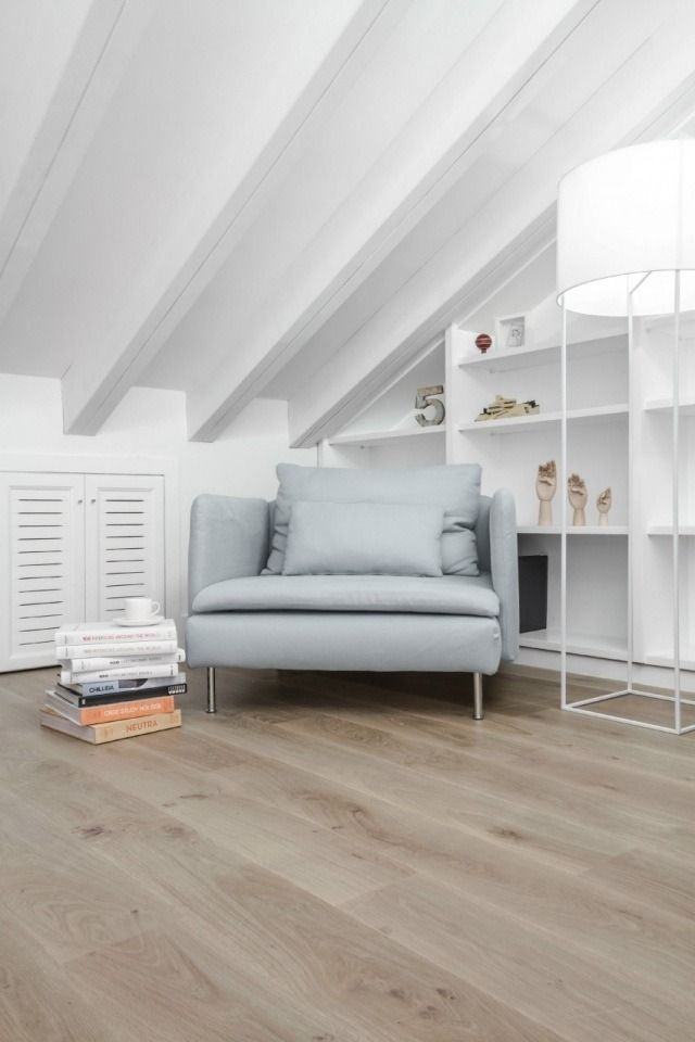 plafond incliné à la française peint en blanc au-dessus du fauteuil tout confort