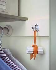 giz mofo Você pode amarrar 5 bastões de giz com uma fita e pendurá-los no interior do armário.