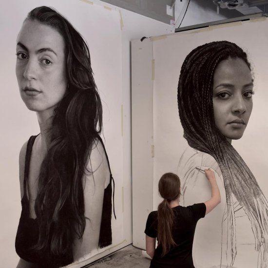 Os desenhos e pinturas hiper-realistas com retratos de mulheres de Clio Newton