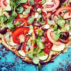Wauw een #pizza gemaakt van bloemkool! Pizzabodem: – 700 gram bloemkool – 1,5 ei – Verse Italiaanse kruiden, zout en peper. Beleg: – Tomatensaus – Rode ui (en bosui eventueel) – Verse tomaten – Paprika – Champignons – Verse oregano, basilicum en tijm