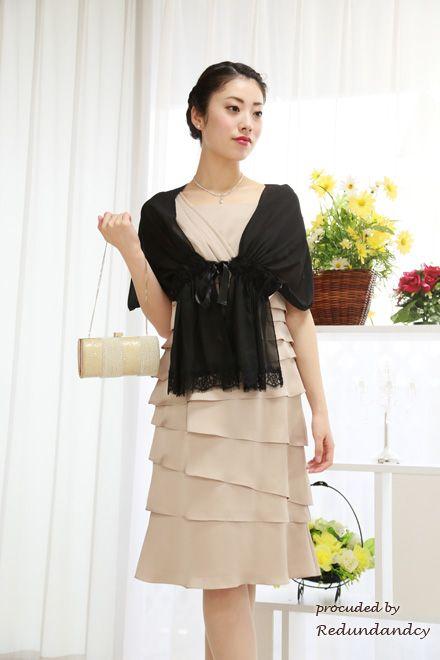 明るいベージュのドレスには黒のショールで引き締め効果◎結婚式・ウェディング・ブライダルに列席するときに参考にしたいショールまとめ♪