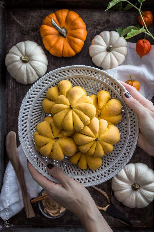 Pumpkin Bread Rolls mit süßer Zimtbutter – Kürbis Brötchen