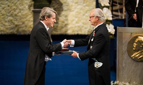 Robert J. Shiller receiving his Prize from His Majesty King Carl XVI Gustaf