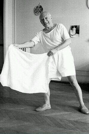 Con una simple toalla de hotel, #Picasso torea de salón #toros #fotografia #arte #pintura