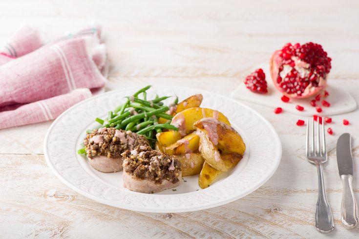 Schweinemedaillons mit Walnuss-Schwarzbrot-Haube in Granatapfelsoße,knusprige Kartoffelspalten und grüne Bohnen