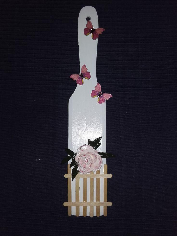 Prkénko zdobené dřevěnými motýlky a růží ze samotvrdnoucí hmoty