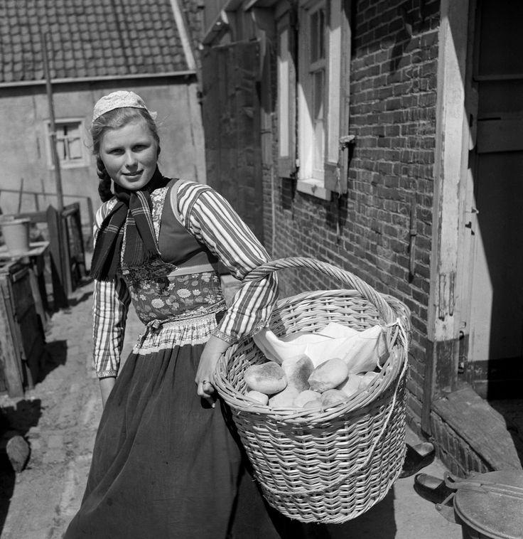 Broodbezorgster in klederdracht, Marken (1950-1960) Cas Oorthuys #NoordHolland #Marken