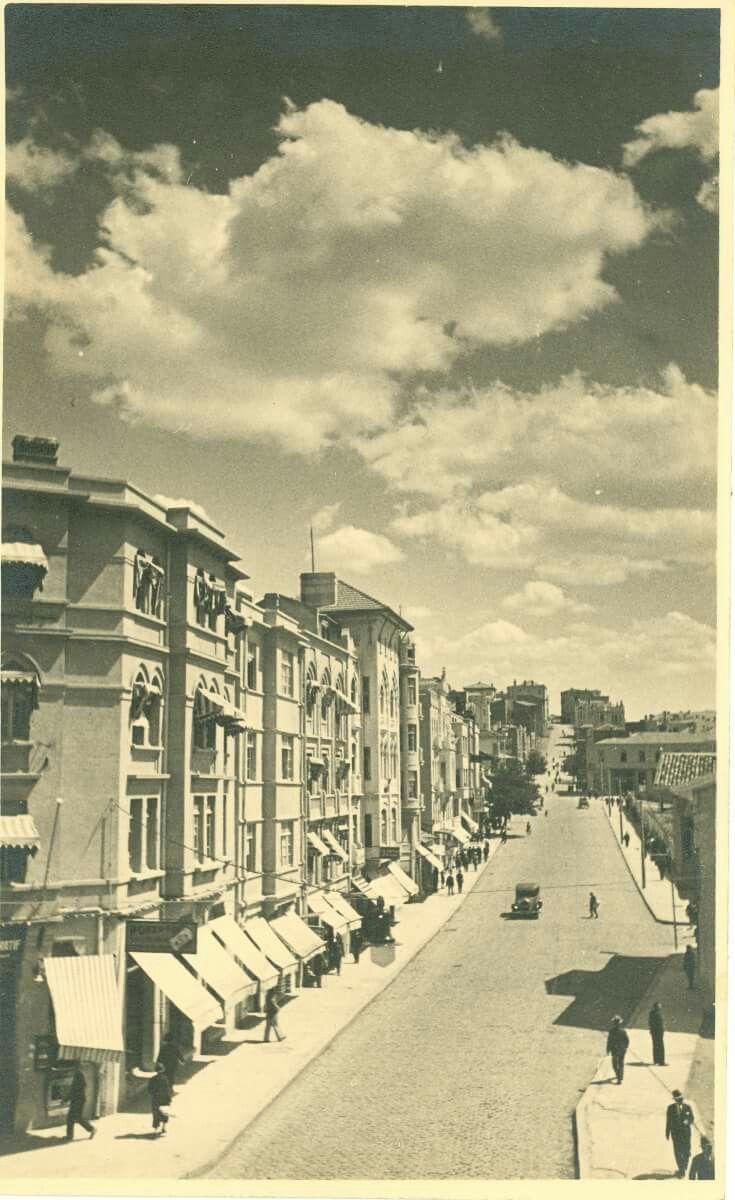 1929 - Karaoğlan (Anafartalar) Caddesi. DAHA GERİDEN ÇEKİLMİŞ BİR FOTOĞRAF VEKAM ARŞİVİNDEN