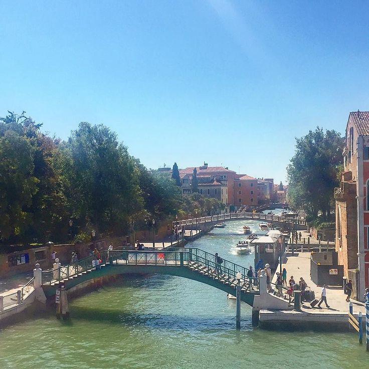 Мосты мосты    Представляю если бы их как в Питере разводили на ночь  Был бы точно транспортный коллапс     #этожизнь #лето #путешествие #август #2016 #summer #travel #traveling #reisen #followme #photoart #italia #venezia #венеция #италия #мосты #bridge #brucke