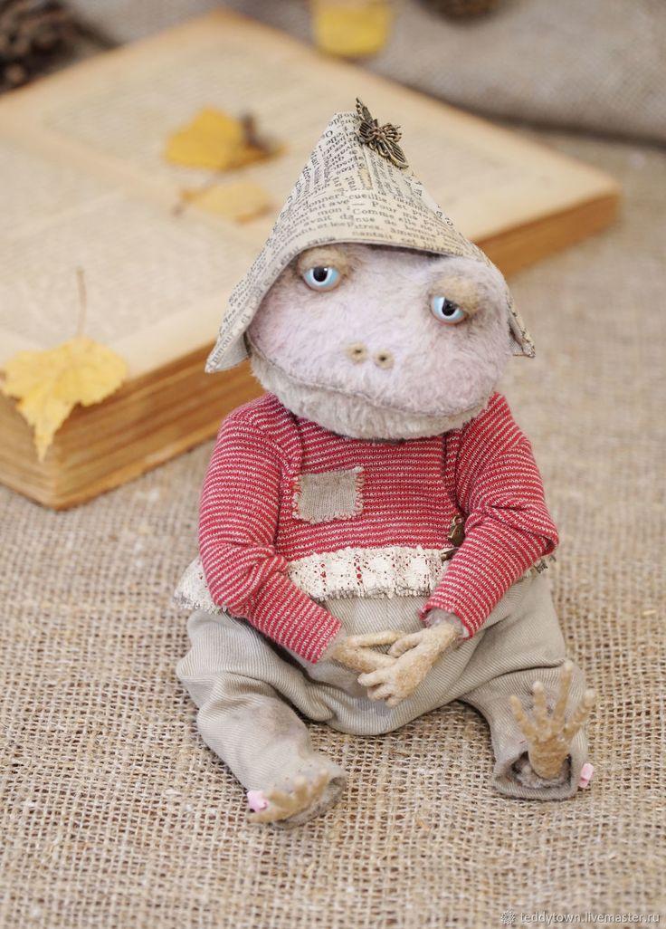 Купить или заказать Шурочка...(22см) лягушка тедди жаба ооак белый фон в интернет магазине на Ярмарке Мастеров. С доставкой по России и СНГ. Материалы: вискоза Германия, вискоза 100%,…. Размер: (сидя -14 см )<br />  полный ростик около…