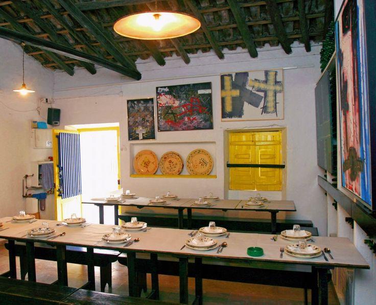 A Adega Vila Lisa funciona nas antigas instalações de uma casa Algarvia, com portas e janelas enquadradas por barras azuis, mesas e bancos corridos, que permitem uma boa conversa e convívio à refeição