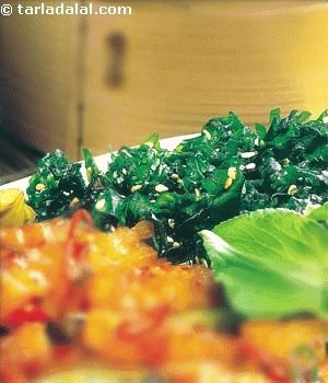As the name suggests this spinach crackles in your mouth. Even those who do not care much for spinach are sure to like this deep fried shredded spinach enlivened with sesame seeds.