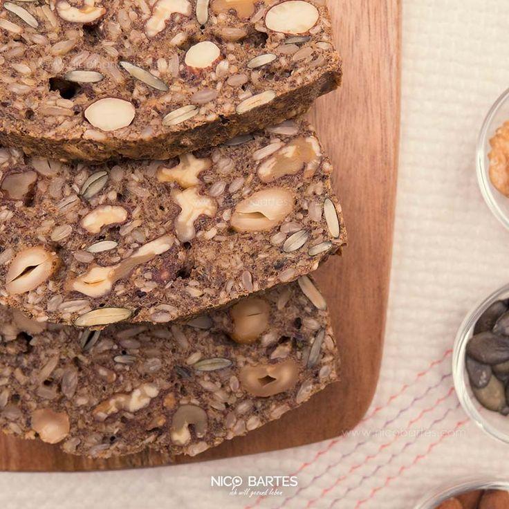 Zeit für gesundes Brot. Heute gibt es ein Rezept für ein ultra schnelles Low-Carb Brot mit Nüssen und kinderleichter Zubereitung. Noch einfacher, leckerer und gesünder geht's kaum. Das leckere Brot beinhaltet kaum Kohlenhydrate und liefert eine Menge Omega-3-Fettsäuren. Laut einer Studie der Ohio State Universität, kann durch die regelmäßige Einnahme von Omega-3-Fettsäuren sogar der Alterungsprozess der Zellen verlangsamt werden. Hört sich doch gut an, ran an das Rezept.