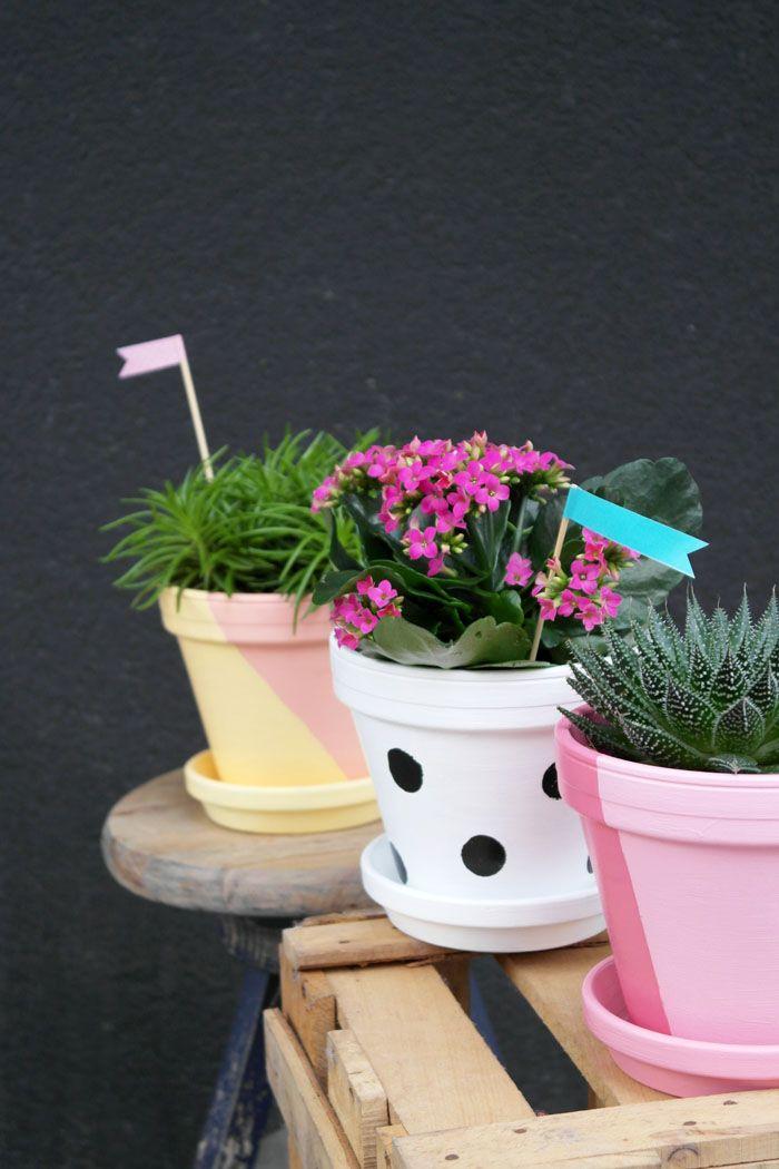 Gestaltet für eure Frühlingspflanzen ganz einfach selber solche hübschen bunten Blumentöpfe. Alles was ihr dazu braucht, gibt's in eurem OBI Markt. #DIY