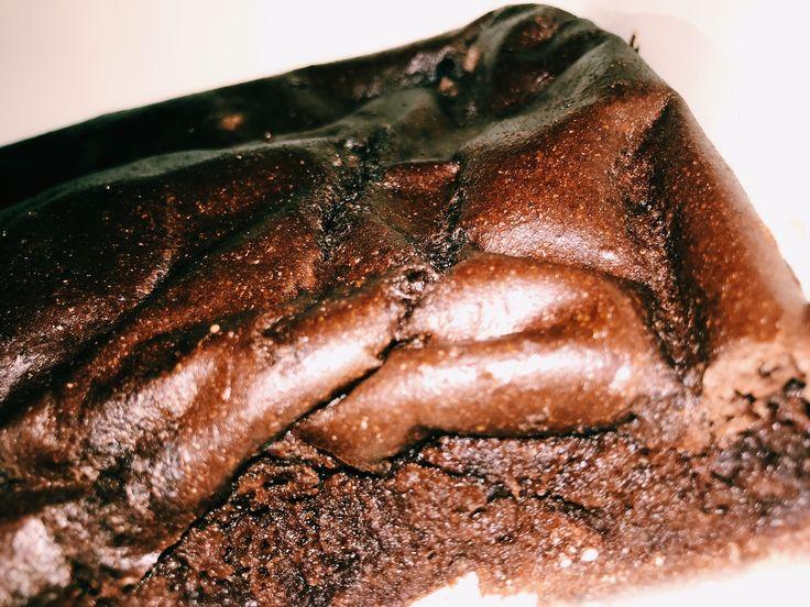 Superenkel och nyttig kladdkaka dagen till ära. Klart man ska äta kladdkaka på kladdkakans dag, herregud. Recept för 2 personer: 1 väldigt mogen banan 1 ägg 2