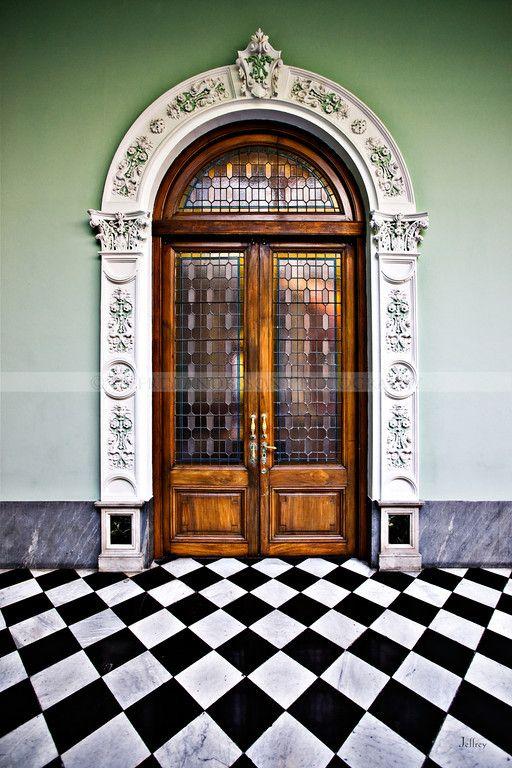 Palácio com piso quadriculado.  Fotografia: Jeffrey Anderson.