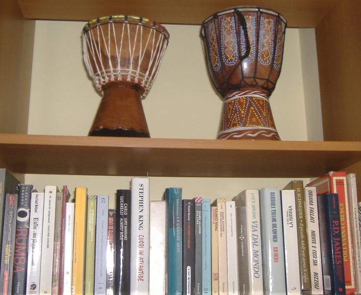 Tanto tanto tempo fa Elena si riuniva coi suoi amici a Piazza del Gesù a Napoli e suonava lo djembe. Ora li ha esposti in libreria, a testimonianza che non di sole lettere è stato composto il ritmo del suo vivere.