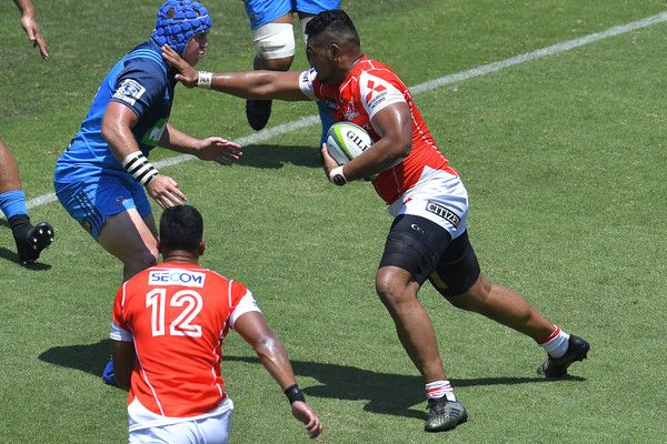 Uwe Helu Photos Photos - Uwe Helu #5 of Sunwolves hands off during the Super Rugby match between the Sunwolves and the Blues at Prince Chichibu Stadium on July 15, 2017 in Tokyo, Japan. - Super Rugby Rd 17 - Sunwolves v Blues