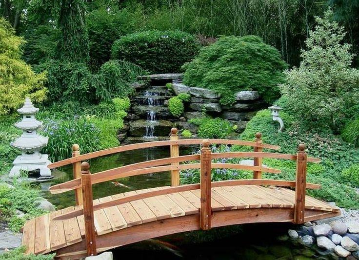 pont de jardin en bois et bassin avec cascade